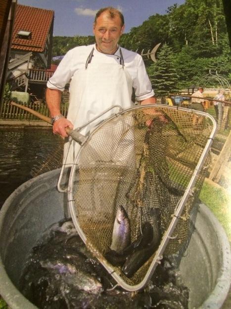 Martin Seitz beim Fische fangen
